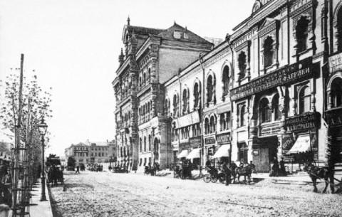 Политехнический музей в Москве. Фотография 1896 года. Правую часть здания (там где вывески) строил В.А.Бабин