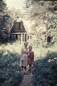 Н.М.Гоманькова с дочкой Олей на даче в Песках (1965 год)
