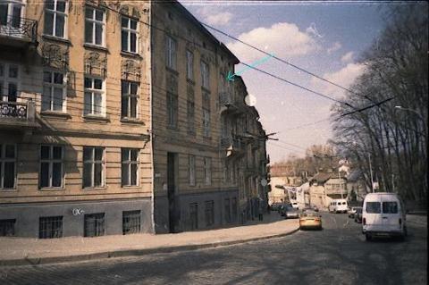 Дом во Львове на Стрийской улице, где жил А.В.Чичерин (Окна его квартиры указаны стрелкой. Снимок 2003 года)