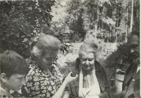 С. Егоров, Е.В.Тутунова, В.А.Киселёва, священник А.Егоров на даче в Песках (середина 1970 годов)