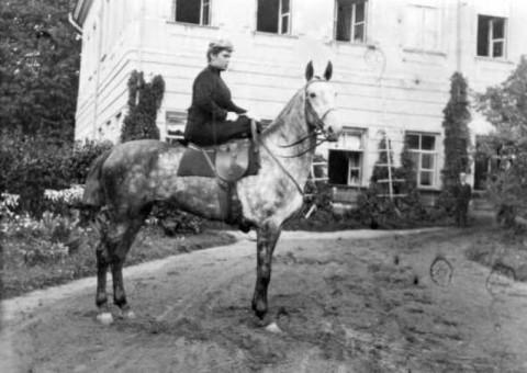 Сестра отца, тетя Катя, в Федяшеве. На женском седле. Лето 1917 г.