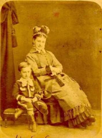 Мой дед А. П. Грёссер со своей матерью.